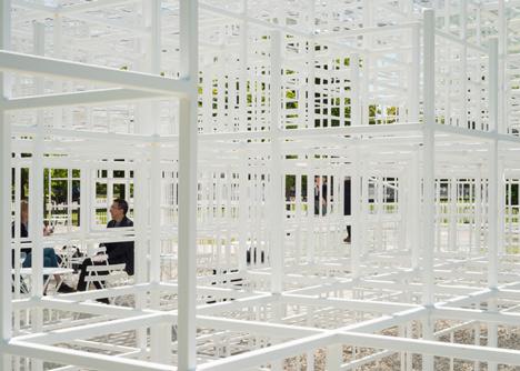 dezeen serpentine gallery pavilion 2013 by sou fujimoto photo by jim stephenson 20 Una nuvola di reticolato: ecco il Serpentine Pavilion di Fujimoto