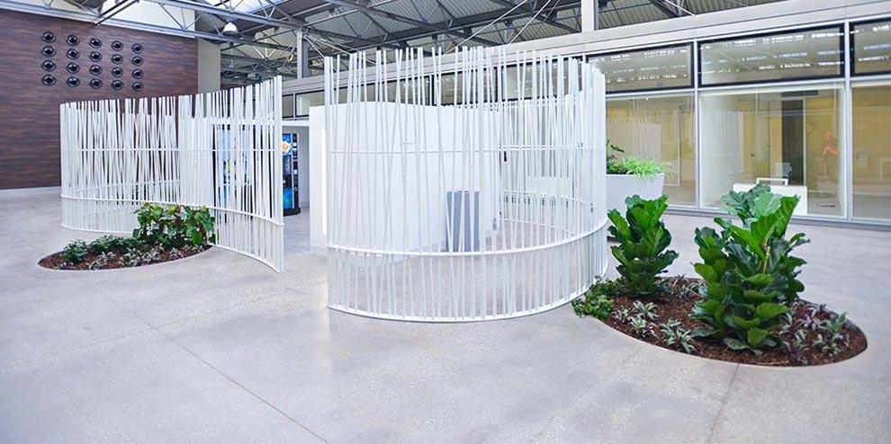 dettaglio pavimento sopraelevato in ceramica nesite Officina 82 a Mirafiori: Rinascita ed Ecosostenibilità
