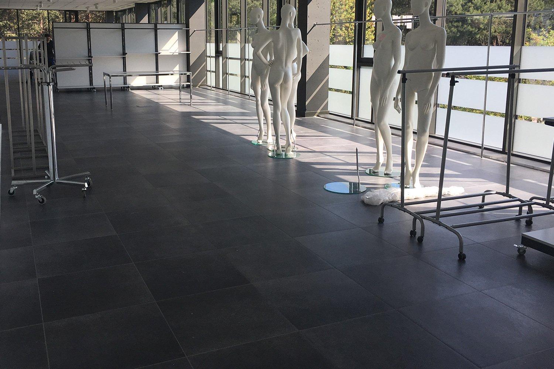 Pavimento sopraelevato in ceramica Showroom G.Poland - Nesite